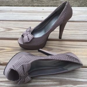 Blake Scott Gray open toe pump with bows